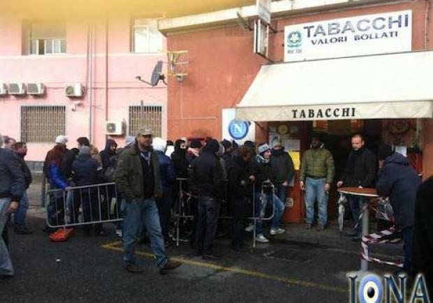 [FOTO] Napoli-Chelsea, l'ansia del biglietto arriva anche al Porto di Napoli