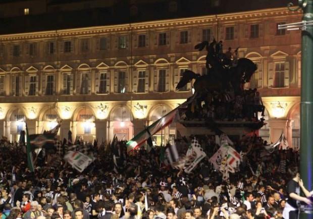 Entusiasmo contenuto: i tifosi fanno festa a Torino. Parte lo sfottò…