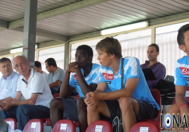 [FOTO] Lasicki ed Appiah guardano i compagni dalla tribuna. Ecco perchè…