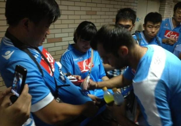 [FOTO] Pandev firma autografi ai tifosi azzurri cinesi