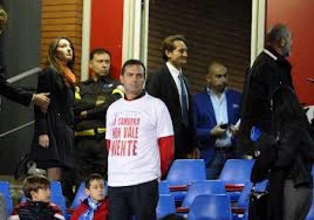 «La camorra non vale niente» sindaco e tifosi in t-shirt