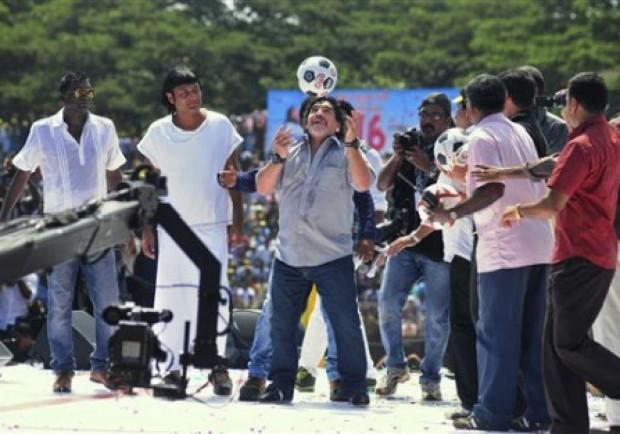 Maradona show in India, in cinquantamila allo stadio