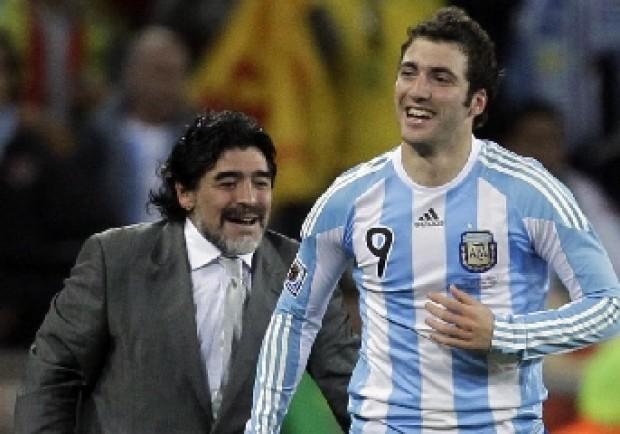 """VIDEO – Maradona fa gli auguri ad Higuain: """"Che vinca a Napoli e con l'Argentina!"""""""