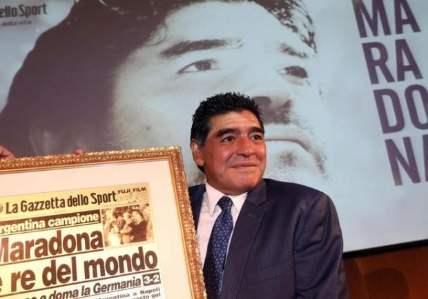 """FOTO – Conferme sull'arrivo di Maradona in Italia. """"Forza e Onore"""" ecco come carica gli azzurri"""