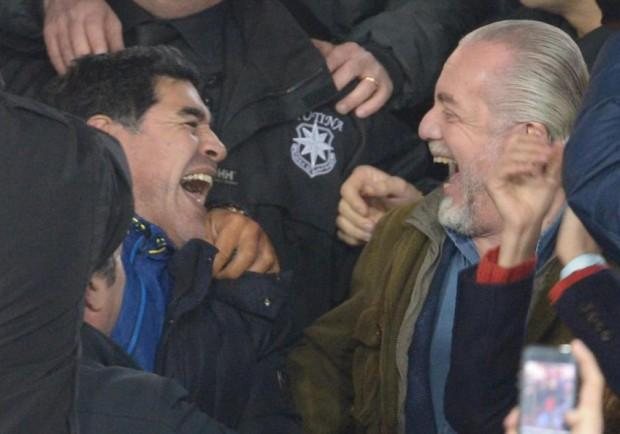 FOTO – Notte da brividi: De Laurentiis consegna a Diego il suo numero 10