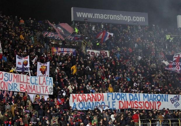 FOTO – Cori anti-napoletani, la curva del Bologna contesta Gianni Morandi