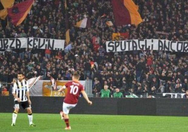 FOTO – 'Forza Kevin, sputagli ancora': il vergognoso invito della curva della Roma a Strootman