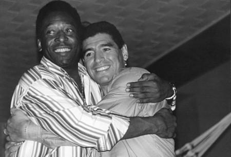 """FOTO – Il Santos omaggia Maradona con una provocazione: """"Auguri al migliore… argentino!"""""""