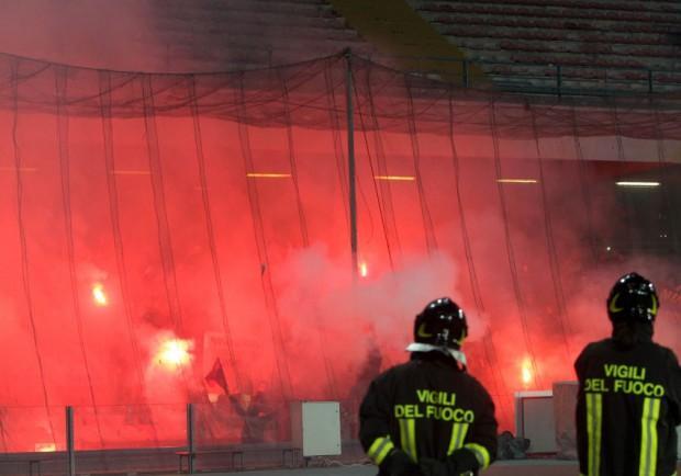 VIDEO – Napoli-Roma 1-0: cori razzisti e petardi dei tifosi giallorossi all'entrata al San Paolo