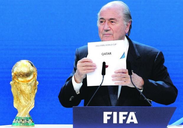 """Blatter, """"Voglio parlare di calcio"""" ma gli lanciano banconote false"""