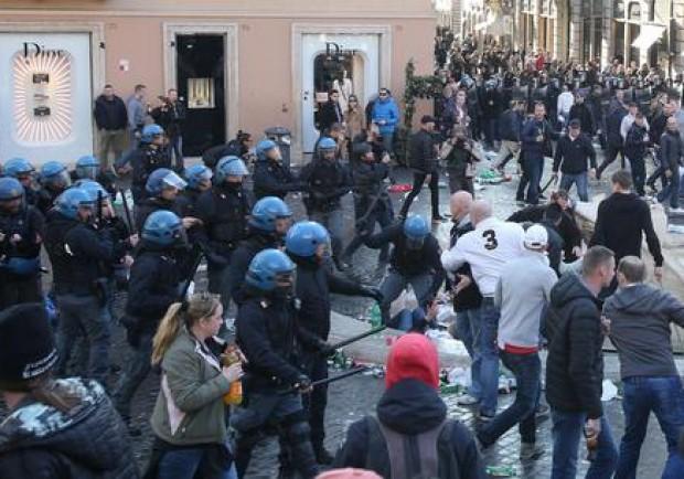 Atalanta-Lazio, scontri a Roma tra tifosi della Lazio e la Polizia