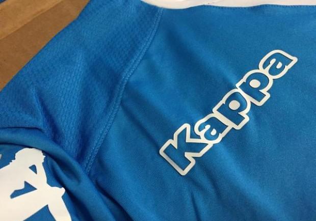 FOTO – Il Napoli svela un dettaglio della nuova maglia: azzurro più intenso e colletto bianco