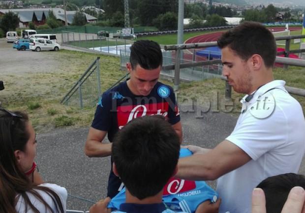 FOTO – Dimaro, a fine allenamento Inler e Callejon firmano gli autografi