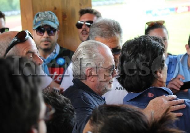 """FOTO – De Laurentiis twitta: """"Anche stamattina coi tifosi a Dimaro. A breve la nuova maglia"""""""