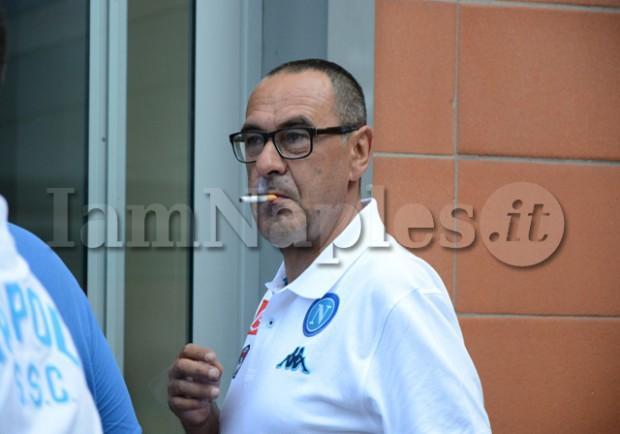 FOTO – Sarri in stile Zeman, il mister azzurro non abbandona mai la sua sigaretta