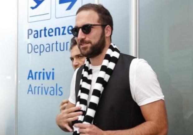 """Higuain e la nostalgia di Napoli: """"Ma qui non c'è nessuno che porta il caffè?"""""""