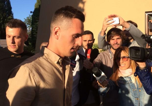 """FOTO E VIDEO – Milik è arrivato a Villa Stuart: """"Aspettiamo i controlli"""""""