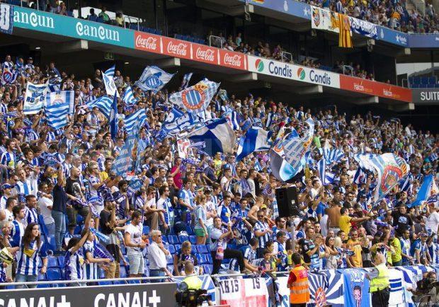 FOTO – Spagna, gesto antisemita di alcuni tifosi dell'Espanyol: affissa foto di Anna Frank con maglia del Barcellona
