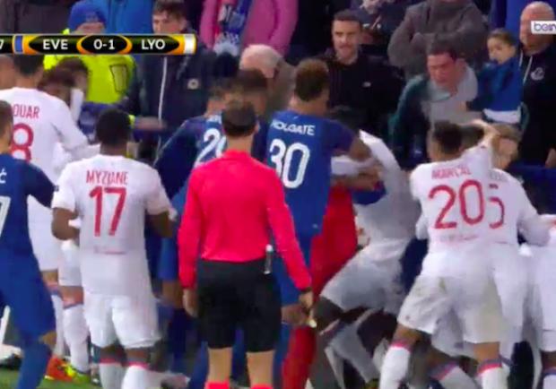 Everton, il tifoso hooligan con il bambino in braccio bandito a vita dallo stadio