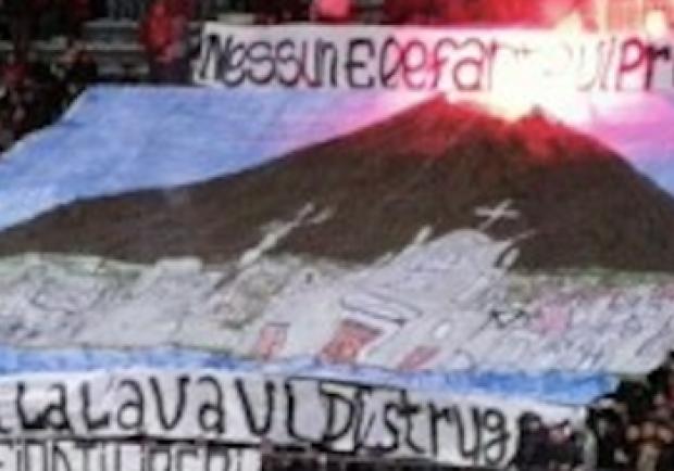 """Reggina-Catania, striscione vergognoso dei tifosi calabresi: """"Prima o poi la lava vi distrugge"""""""