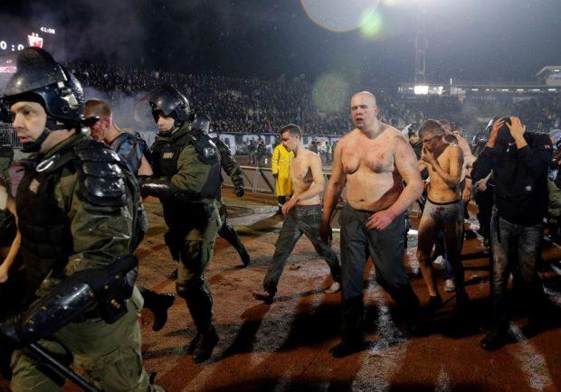 Partizan-Stella Rossa, scontri nel derby: 17 tifosi feriti, uno grave