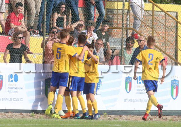 """VIDEO – Juventus Under 15, il napoletano Pisapia canta: """"Napoli usa il sapone"""""""