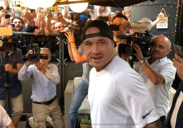 FOTO – Nainggolan, visite terminate: il saluto ai tifosi dell'Inter