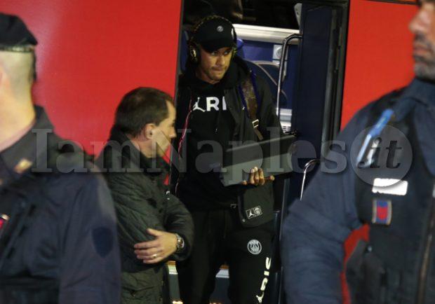 Neymar, paga da 11 mila euro al mese per i suoi quattro amici per accompagnarlo ovunque