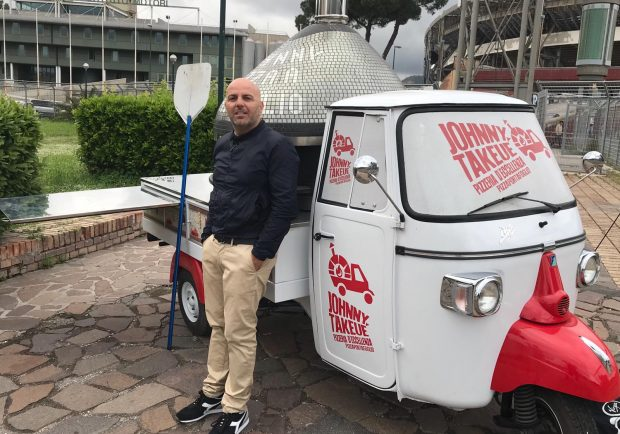 Napoli – Stella Rossa: l'apecar che sforna pizze a portafoglio nell'area vip