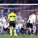 VIDEO – Erroraccio di Malcuit, Meret espulso: Pjanic porta in vantaggio la Juve