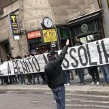 Milano, blitz neofascista degli ultrà laziali: «Onore a Benito Mussolini»