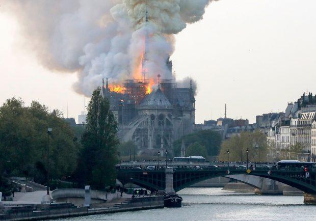 """Notre Dame in fiamme, Ssc Napoli: """"Siamo attoniti, uno dei luoghi più importanti della cultura mondiale"""""""