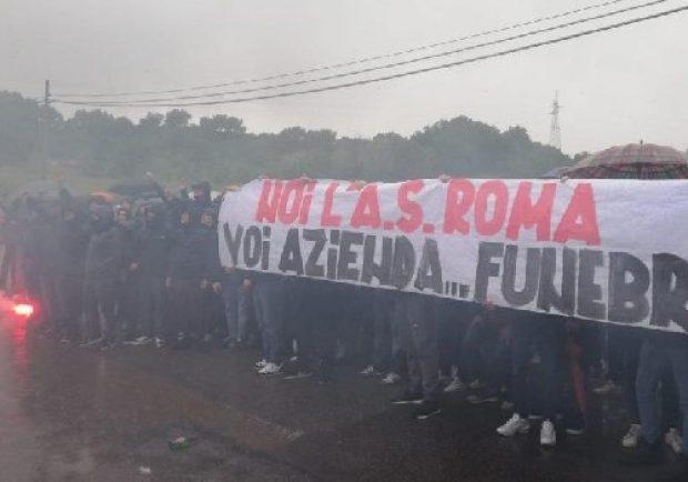 """FOTO – Roma, esplode la furia dei tifosi contro Pallotta: """"Noi l'A.S Roma, voi azienda funebre…"""""""