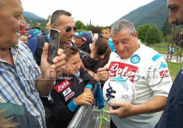 VIDEO IAMNAPLES.IT – Dimaro, Starace firma autografi ai tifosi come i calciatori