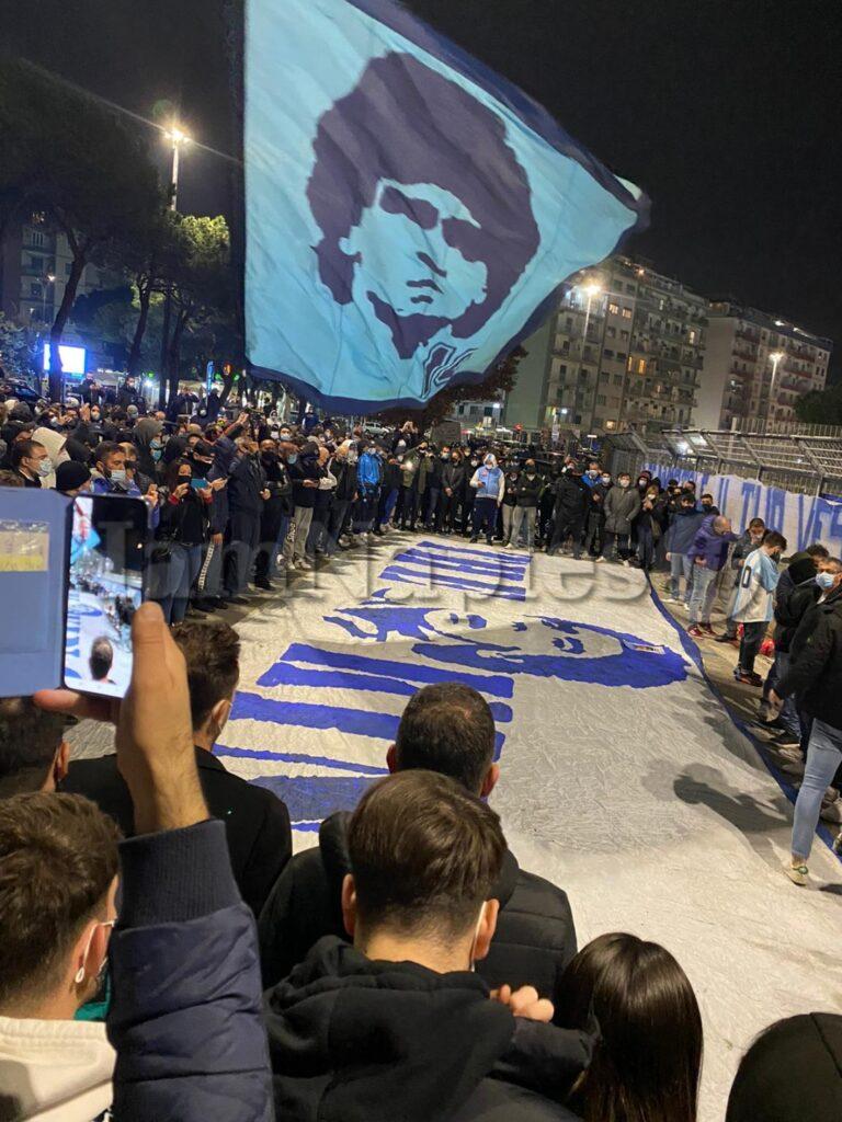 VIDEO IAMNAPLES - Morte Maradona, striscioni e candele ...